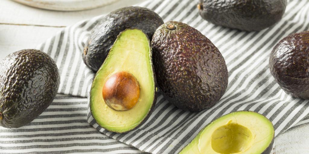 pochemu-temneet-avocado